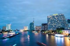Taksin bro Bangkok på natten Arkivbilder