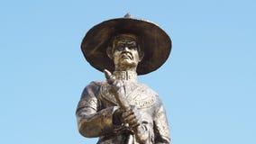 Taksin Thonburi,泰国的了不起的国王国王雕象蓝天背景的 免版税库存照片
