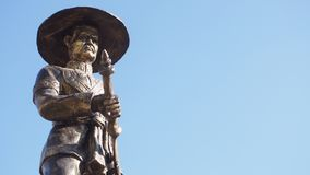 Taksin Thonburi,泰国的了不起的国王国王雕象蓝天背景的 库存照片