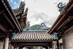 Taktegelplatta och takfot för buddistisk tempel Royaltyfri Bild