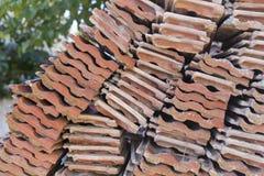 Taktegelplattan för röd lera satte i bunten fotografering för bildbyråer