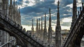 Takterrasser av gotiska Milan Cathedral Duomo på solnedgången, Italien Royaltyfria Bilder