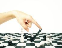 Taktikkonzept mit Schachpfand und der menschlichen Hand Lizenzfreie Stockfotos
