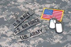 Taktische Weste mit US-Kampfmarkierungsfahne und Sturmgewehr mit taktischer Griffnahaufnahme Lizenzfreie Stockfotos
