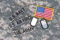 Taktische Weste mit US-Kampfmarkierungsfahne und Sturmgewehr mit taktischer Griffnahaufnahme Stockbild