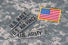 Taktische Weste mit US-Kampfmarkierungsfahne und Sturmgewehr mit taktischer Griffnahaufnahme Stockfotos