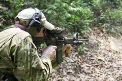 Taktisches Schießen stockbild