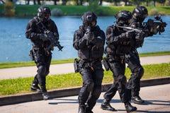 Taktisches Team der besonderen Kräfte von vier in der Aktion lizenzfreie stockbilder