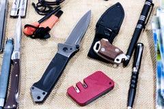 Taktisk kniv, penna, hjälpmedel Arkivbilder