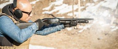 Taktisk utbildning för skytte för stridpumpvapen Kurs för hagelgevärvapenhandling arkivfoto