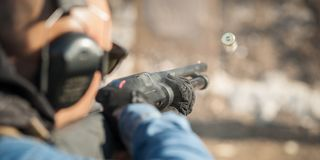Taktisk utbildning för skytte för stridpumpvapen Kurs för hagelgevärvapenhandling arkivbild