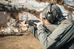 Taktisk utbildning för skytte för stridpumpvapen Kurs för hagelgevärvapenhandling arkivbilder