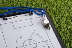 Taktiskt diagram för vissling och för fotboll på papper Fotografering för Bildbyråer