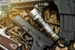 Taktiskt pråligt ljus- och för anfallgevär vapenvapen royaltyfri bild