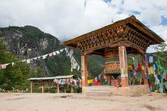 Taktsang Palphug monaster z modlitewnym kołem Zdjęcia Royalty Free
