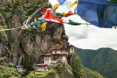 Taktsang Palphug monaster z modlitwy flaga Paro, Bhutan (także znać jako Tygrysia gniazdowa świątynia) Obraz Stock