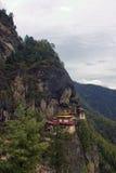 Taktshang Goemba (les tigres nichent le monastère), Bhutan, dans une montagne c Photos stock