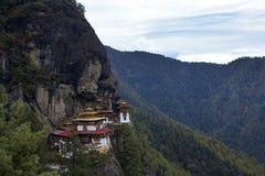 Taktshang Goemba (les tigres nichent le monastère), Bhutan, dans une montagne c Images stock