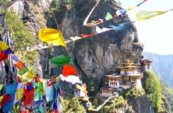 Taktshang Goemba lub Tygrysi ` s gniazdeczka monaster z kolorowym tybetańczykiem Zdjęcie Royalty Free