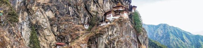 Taktshang Goemba ou Tiger& x27 ; temple de nid de s sur la montagne dans la vue de panorama Photographie stock