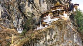 Taktshang Goemba ou Tiger& x27; templo do ninho de s na montanha na opinião do panorama Fotos de Stock