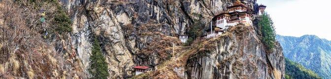 Taktshang Goemba ou Tiger& x27; templo do ninho de s na montanha na opinião do panorama Imagens de Stock