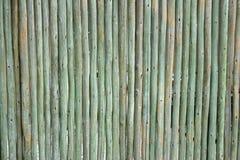 Taktujący zieleni drewniani słupy tworzy rozdział lub ścianę obraz royalty free