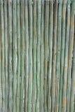 Taktujący zieleni drewniani słupy tworzy rozdział lub ścianę zdjęcia stock