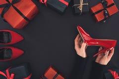 Talón y presentes rojos Fotografía de archivo libre de regalías