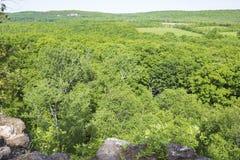 Tal-Ansicht von einer Klippe Stockfotografie