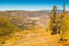 Tal in den Herbstbergen Landschaftspanorama Stockfotografie