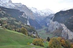Tal in der Schweiz mit Häusern stockfotos