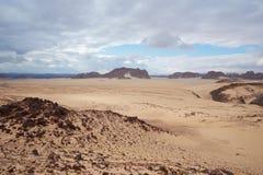 Tal in der Sinai-Wüste mit Sanddünen und Bergen Lizenzfreies Stockbild