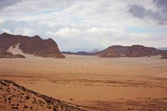 Tal in der Sinai-Wüste mit Sanddünen und Bergen Lizenzfreie Stockfotografie