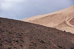 Tal in der Sinai-Wüste mit Sanddünen und Bergen Lizenzfreie Stockfotos