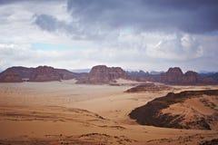 Tal in der Sinai-Wüste mit Sanddünen und Bergen Stockbilder
