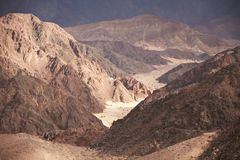 Tal in der Sinai-Wüste mit Sanddünen und Bergen Lizenzfreies Stockfoto