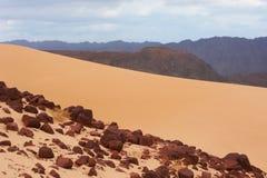 Tal in der Sinai-Wüste mit Sanddünen und Bergen Stockfoto