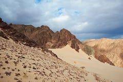 Tal in der Sinai-Wüste mit Sanddünen und Bergen Stockfotografie