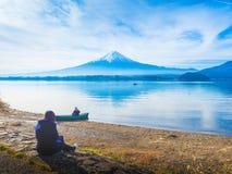 30-tal för Asien flickahandelsresande till 40-tal sitter och ser hennes pojkvän sitta på b Royaltyfri Foto