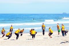 TAL FIGUEIRAS, PORTUGAL - 20. August 2014: Surfer, die excersi tun Stockbilder