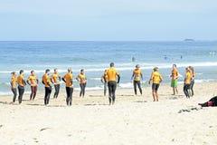 TAL FIGUEIRAS, PORTUGAL - Surfer, die excersises tun Lizenzfreies Stockbild