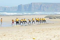 TAL FIGUEIRAS, PORTUGAL - Surfer, die excersises tun Stockbilder