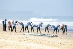 TAL FIGUEIRAS, PORTUGAL - Surfer, die excersises tun Lizenzfreie Stockbilder