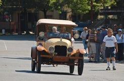 20-tal Ford Model T som turnerar bilen ståtar på Arkivfoton