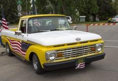 70-tal gulnar USA-flaggan Ford Truck Arkivfoton