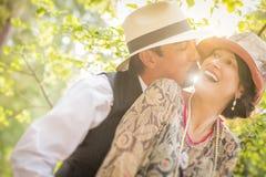 20-tal klädde romantiska par som utomhus flörtar Royaltyfri Fotografi
