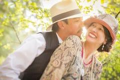 20-tal klädde romantiska par som utomhus flörtar Fotografering för Bildbyråer