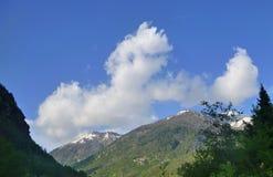 Tal mit Bergen in Italien Lizenzfreie Stockfotos