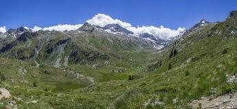 Tal nahe Lillaz mit Gletscher Lizenzfreie Stockfotos